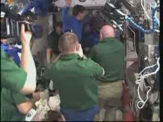 W niebieskich koszulkach załoga STS-133 - za chwilę będzie w promie Discovery / Credits - NASA TV