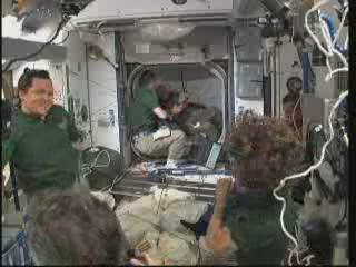 21:52 CET - prace przy włazach - widok od strony ISS / Credits - NASA TV