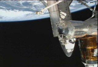 12:30 CET - Discovery jeszcze zadokowany do ISS / Credits - NASA TV