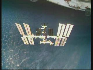 13:30 CET - widok z Discovery na ISS / Credits - NASA TV