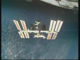 13:30 CET - widok z Discovery na ISS / Credits - NASA TV