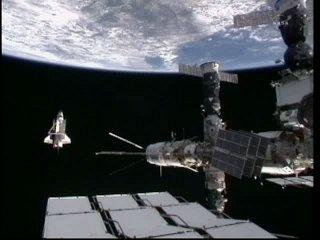 13:49 CET - Discovery 'za' ISS / Credits - NASA TV