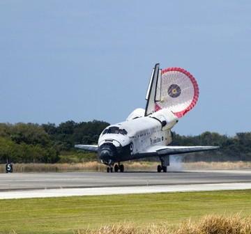 Lądowanie promu Discovery / Credits - NASA