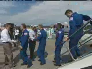 19:16 CET - astronauci wychodzą na tradycyjne oględziny promu / Credits - NASA TV