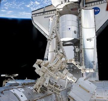 Widok na PMM w ładowni promu Discovery. Zdjęcie wykonano w trakcie Flight Day 3, tuż po dokowaniu do ISS / Credits - NASA