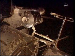 Godzina 14:53 CET - PMM poza ładownią Discovery / Credits - NASA TV