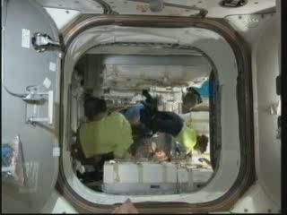 00:23 CET - wewnątrz modułu PMM / Credits - NASA TV