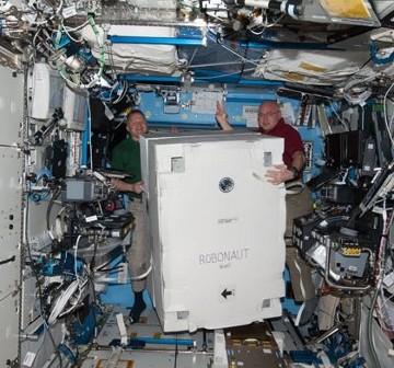 Transport (jeszcze spakowanego) Robonauty - 2 marca 2011 roku / Credits - NASA