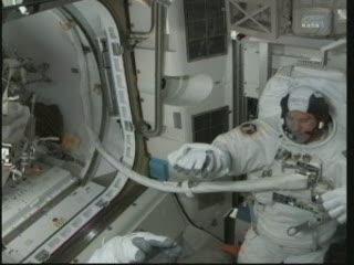 14:30 CET - sprawdzanie skafandru EV-1 / Credits - NASA TV
