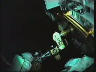 17:07 CET - astronauta Drew przy module pompy / Credits - NASA TV