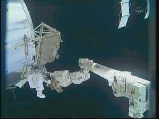 17:33 CET - Bowen przy module Columbus / Credits - NASA TV