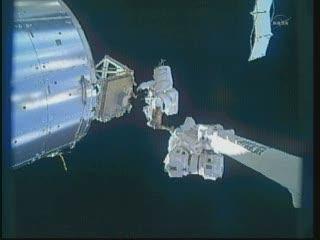 18:01 CET - Bowen na końcu ramienia SSRMS tuż obok modułu Columbus / Credits - NASA TV