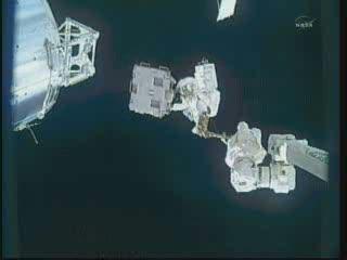 Bowen na końcu SSRMS, trzymający w rękach LWAPA - godzina 18:07 CET / Credits - NASA TV