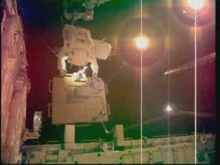 18:26 CET - Bowen z LWAPA tuż nad ładownią promu / Credits - NASA TV
