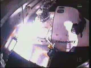 20:28 CET - widok z kamery Stephena Bowena na prom Discovery z perspektywy modułu Columbus / Credits - NASA TV