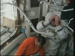 23:37 CET - astronauta Bowen tuż po zdjęciu hełmu / Credits - NASA TV