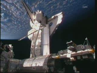 20:59 CET - widok z ISS na prom Discovery / Credits - NASA TV