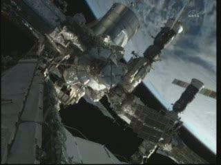 20:59 CET - widok z ISS na moduł Quest i rosyjską część Stacji / Credits - NASA TV