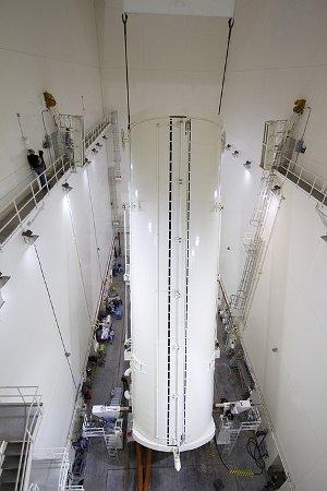 Przygotowanie AMS-2 i ELC-3 do transportu na wyrzutnię - zainstalowanie wewnątrz pojemnika transportowego / Credits - NASA/Jack Pfaller