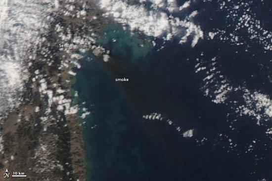 Widok na dym wywołany pożarami w mieście Sendai - 12 marca 2011. Zdjęcia wykonane przez satelitę Aqua. / Credits - NASA