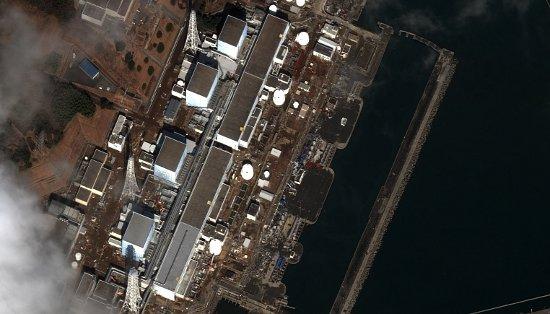 Elektrownia atomowa Fukushima po trzęsieniu ziemi i przed eksplozją zewnętrznej osłony reaktora nr 1 / Credits - DigitalGlobe