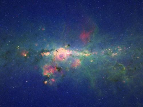 Teleskop Kosmiczny Spitzera spogląda poprzez galaktyczny pył na centralny region naszej Galatyki