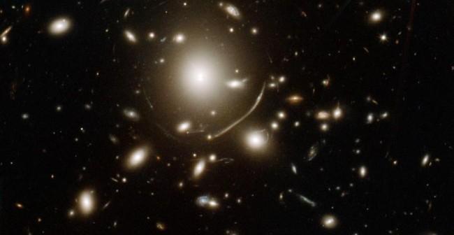 Zdjęcie z teleskopu Hubble`a gromady galaktyk Abell 383. To dzięki niej udało się zaobserwować odległą galaktykę / Credit - NASA, ESA, CRAL, LAM, STScI