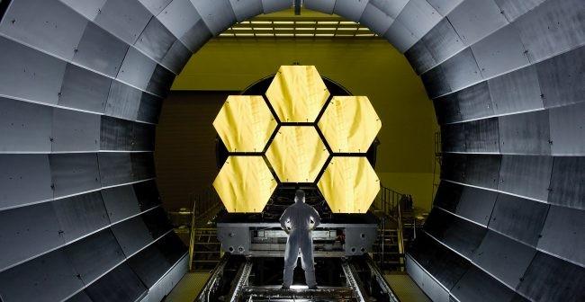 Inżynier NASA Ernie Wright przygląda się pierwszemu zestawowi segmentów lustra JWST tuż przed rozpoczęciem testów / Credit - NASA/MSFC/David Higginbotham