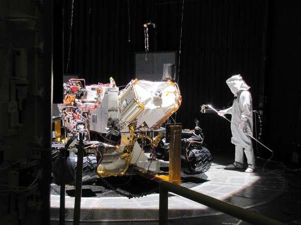Łazik w komorze testowej / Credits: NASA/JPL-Caltech