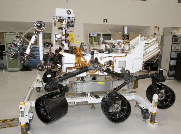 Łazik marsjański Curiosity widziany z boku. Długość maszyny wynosi około 3 metrów, nie licząc dodatkowego zasięgu, który może zostać osiągnięty po rozłożeniu manipulatora. Przód maszyny jest na tym zdjęciu po lewej / Credits: NASA/JPL-Caltech