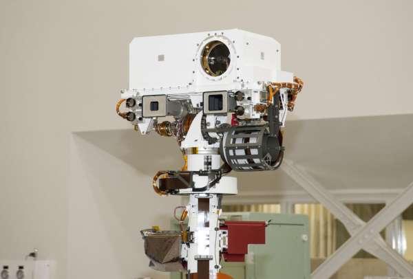 Górna część masztu łazika - Remote Sensing Mast, gdzie znajdują się dwa instrumenty naukowe, dzięki którym badane będzie otoczenie eksplorowanego przez łazik obszaru. Ponadto znajdują się też na nim kamery nawigacyjne / Credits: NASA/JPL-Caltech