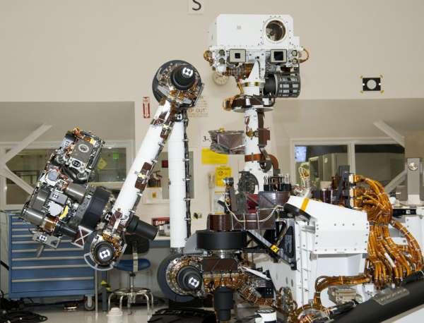 Na zdjęciu widoczny manipulator (po lewej) oraz masz (w centrum) łazika / Credits: NASA/JPL-Caltech