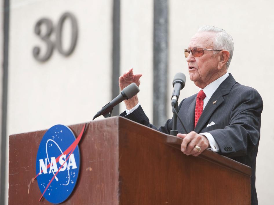 Christopher Kraft przemawia podczas uroczystości nadania imienia budynkowi MCC / Credits: NASA