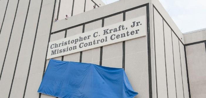 Odsłonięcie tablicy z nową nazwą budynku / Credits: NASA