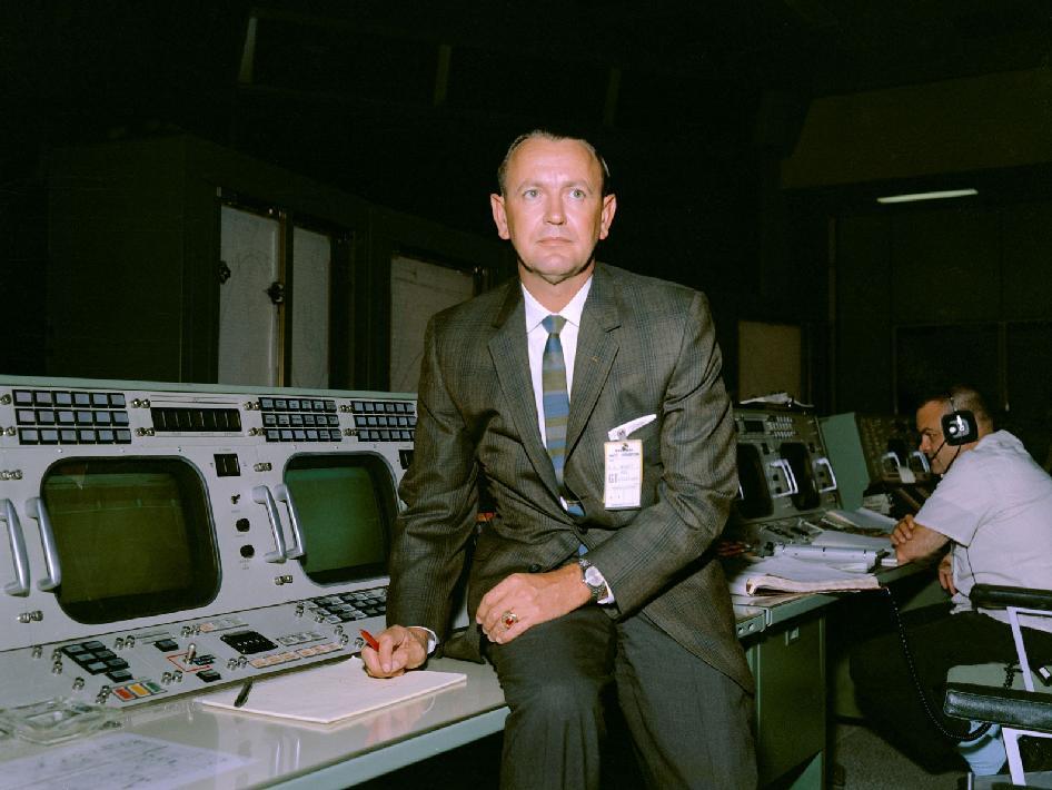 Christopher Kraft jako szef kontroli misji Gemini 5, rok 1965 / Credits: NASA