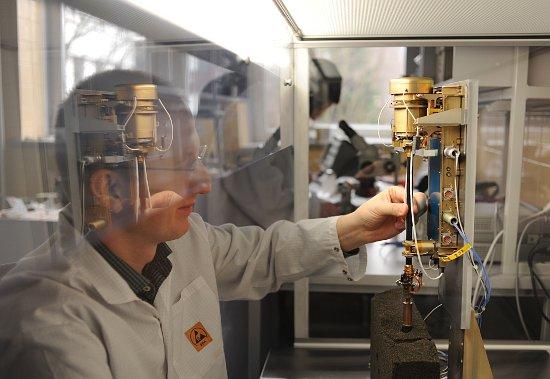 Model kwalifikacyjny instrumentu CHOMIK podczas testów w Centrum Badań Kosmicznych PAN w Warszawie. Na zdjęciu dr inż. Karol Seweryn, jeden z konstruktorów. / Credits - CBK PAN, Grzegorz Krzyżewski