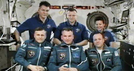Po otwarciu włazów - cała Ekspedycja 27 razem / Credits - NASA TV