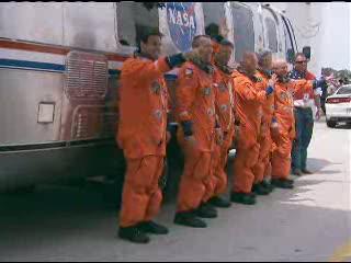 18:03 CEST - astronauci misji STS-134 pod AstroVanem / Credits - NASA TV