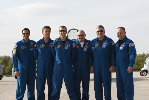 Załoga misji STS-134, od lewej: Chamitoff, Vittori, Feustel, Kelly, Johnson i Fincke / Credits: NASA/Kim Shiflett