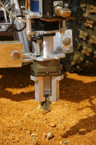 Chwytak Eurobota w trakcie podnoszenia skały. (Credits: ESA / ÖWF / Paul Santek)