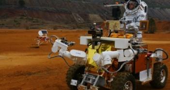 Zdjęcie przedstawia Eurobota z pasażerem w skafandrze Aouda.X. (Credits: ESA / ÖWF / P. Santek)