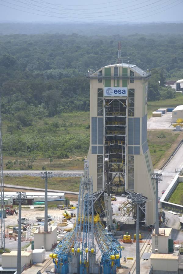 Mobilna wieża serwisowa w kompleksie ELS / Credits: ESA