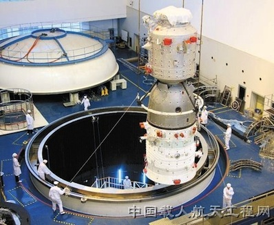 Fotografia Shenzhou 8 w trakcie przygotowań do testów termicznych w warunkach próżni na początku 2011 roku. Credit: China Manned Space Engineering Office