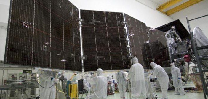 Technicy Astrotechu pracują przy panelu nr 2 sondy Juno / Credits: NASA-JPL-Caltech-KSC