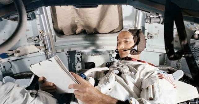 Michael Collins w Module Dowodzenia w trakcie misji Apollo 11 (NASA)