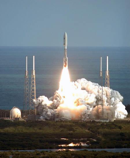 Start rakiety Atlas V w misji mającej na celu wystrzelenie sondy New Horizons na trajektorię prowadzącą do Jowisza (NASA)