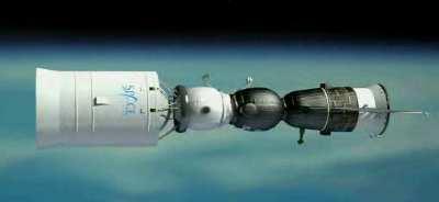 Statek Sojuz wraz modułem mieszkalnym i dodatkowym stopniem rakietowym / Credits: Space Adventures