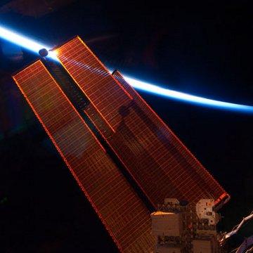 Widok na panele słoneczne z pokładu ISS. Zdjęcie z 20 maja 2011 / Credits - NASA