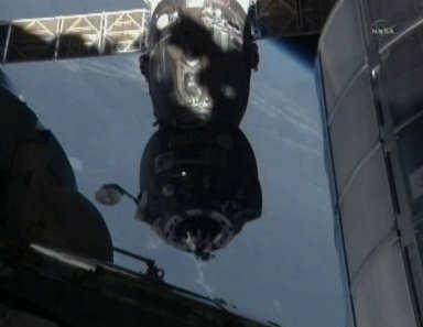 Pojazd Sojuz TMA-20 odłącza się od Międzynarodowej Stacji Kosmicznej (NASA TV)