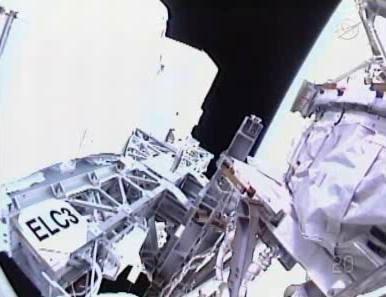 Widok z kamery na hełmie Mike'a Fincke'a, który znajdował się w pobliżu ELC-3 (NASA TV)
